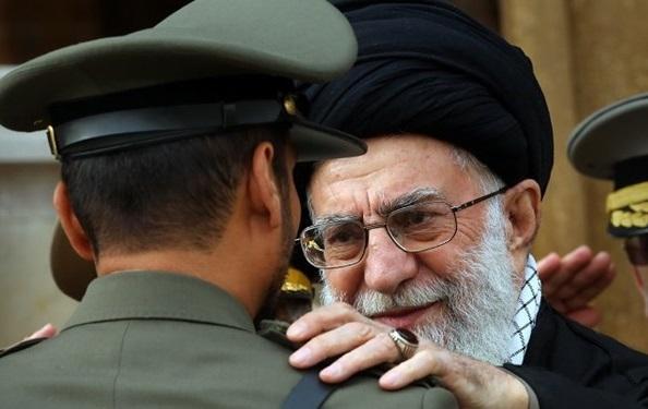 اهدای پرچم و نشان فداکاری به دانشگاه افسری امام علی (ع) ارتش