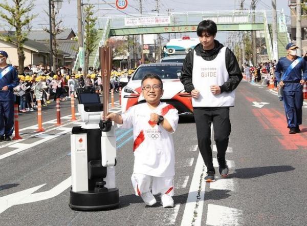 یاری رسانی ربات به انسان در حمل مشعل المپیک توکیو